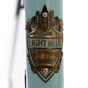 THE LIGHT BLUE ÉCLAIRE LE CYCLE