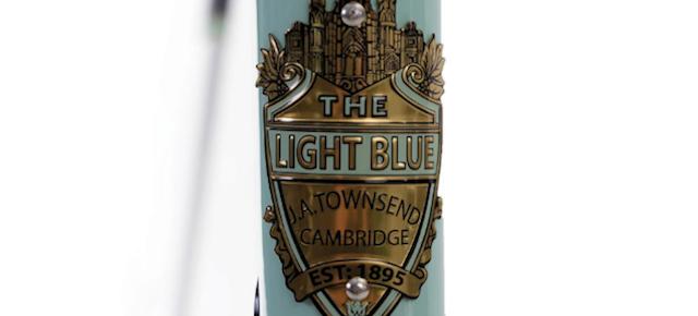 THE LIGHT BLUE ÉCLAIRE LE CYCLE